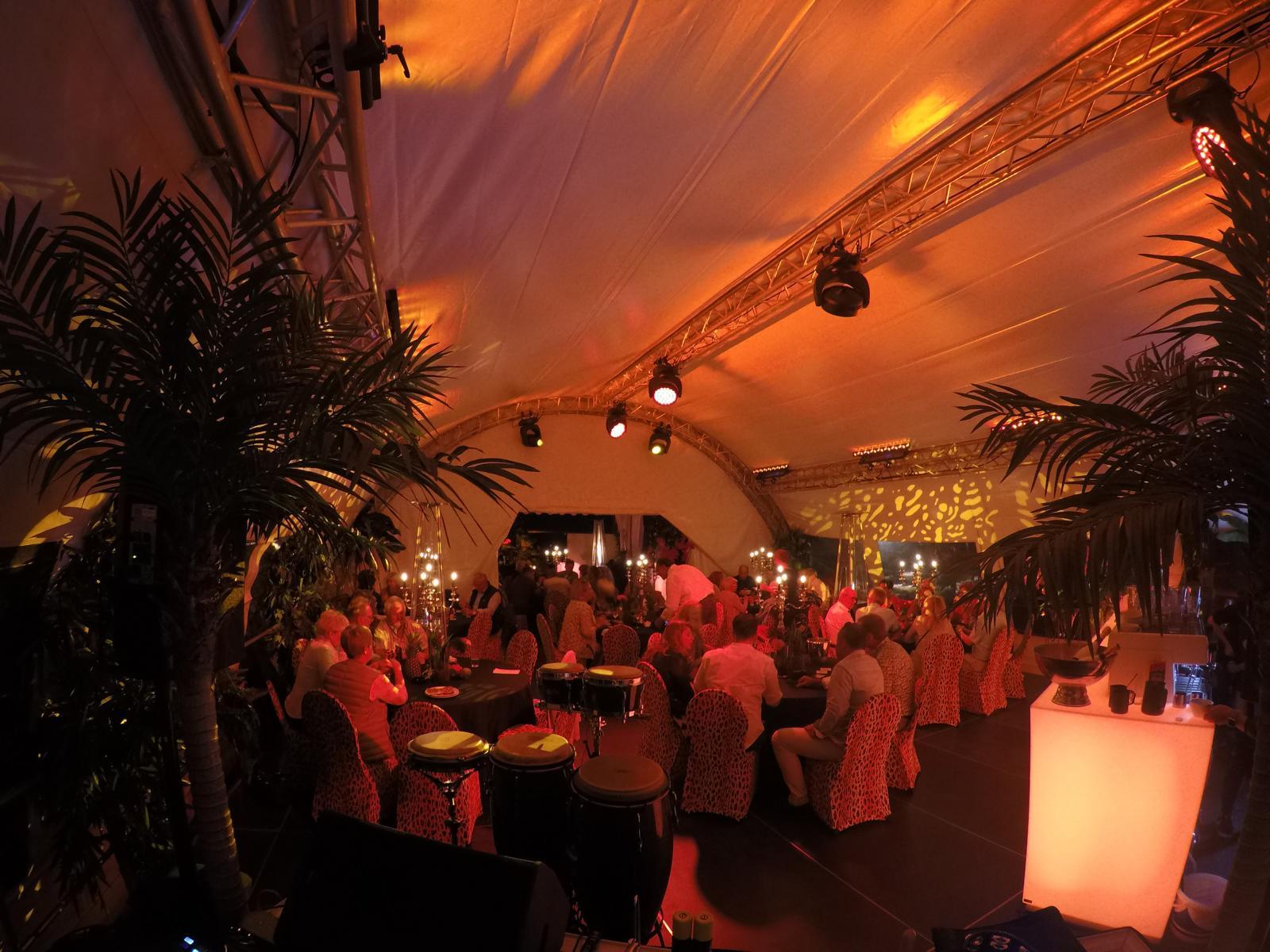Geburtstag im Garten - Die Stimmung am Abend im Zelt.