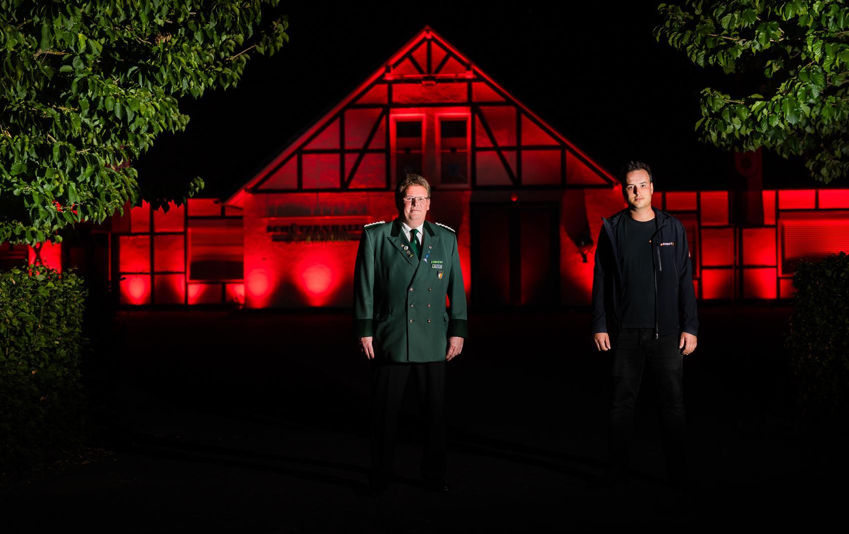 Night Of Light im Sauerland - Dennis Koetje und Volker Nölke vor der Schützenhalle in Heringhausen.